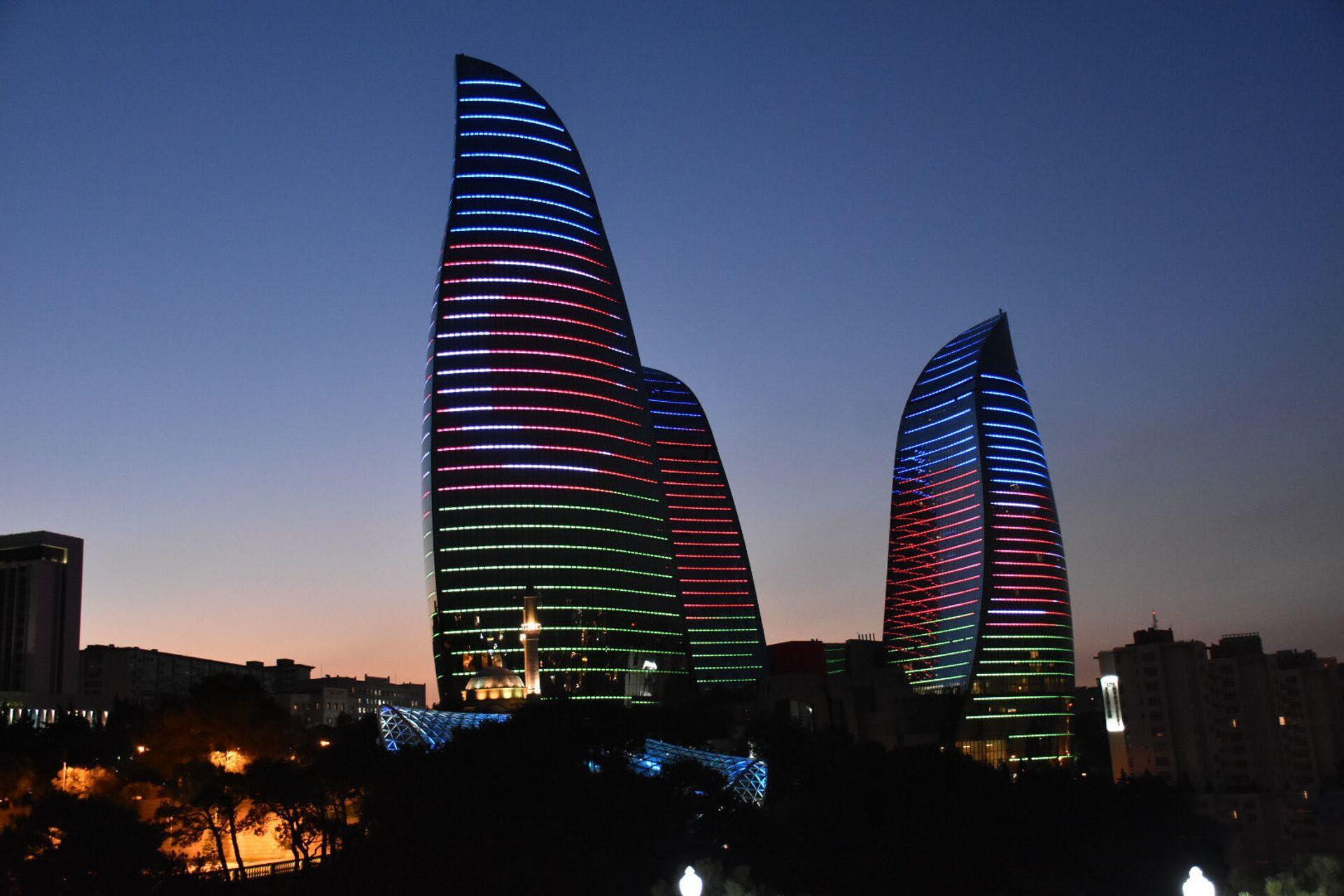 Alov qüllələri üzərində Azərbaycan bayrağının rəngləri proyeksiya olunub - Sputnik Азербайджан, 1920, 01.10.2021