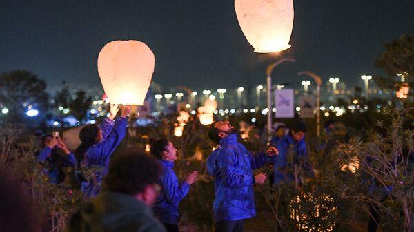 В Баку в небо запущены горящие фонарики в память о шехидах - Sputnik Азербайджан