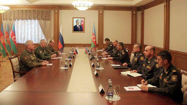 Встреча министра обороны Азербайджана Закира Гасанова с новым командующим российским миротворческим контингентом Геннадием Анашкиным - Sputnik Азербайджан