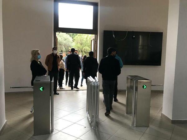 Спустя полтора года перед зданиями вузов, где начались традиционные занятия, наблюдалось большое скопление людей. - Sputnik Азербайджан