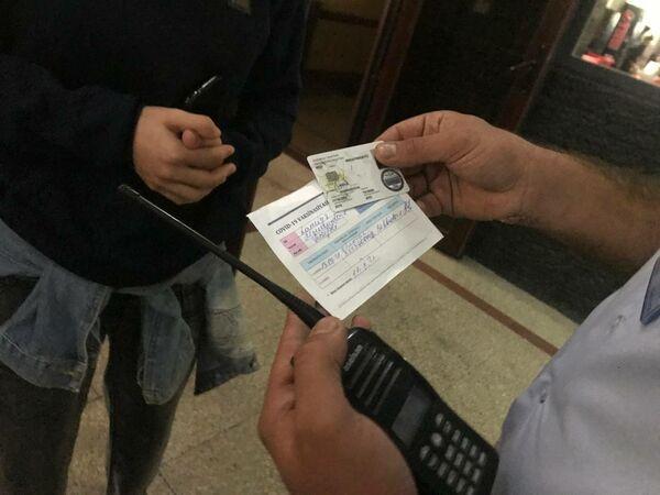 С утра на входах в вузы проверялось наличие ковид-паспортов. - Sputnik Азербайджан