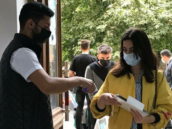У студентов, которые пришли на традиционные занятия спустя полтора года, чувствовались радость и волнение. - Sputnik Азербайджан