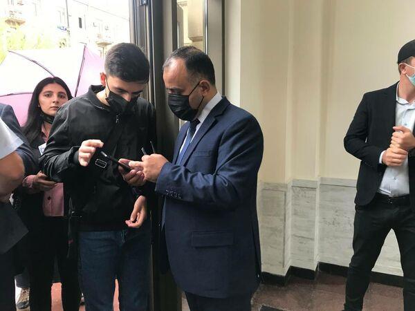 Охранник проверяет студента. - Sputnik Азербайджан