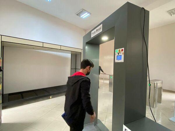 Студент проходит мимо дезинфектора для борьбы с коронавирусом. - Sputnik Азербайджан