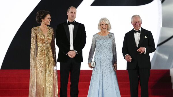 Члены британской королевской семьи на премьере нового фильма о Джеймсе Бонде Не время умирать - Sputnik Азербайджан