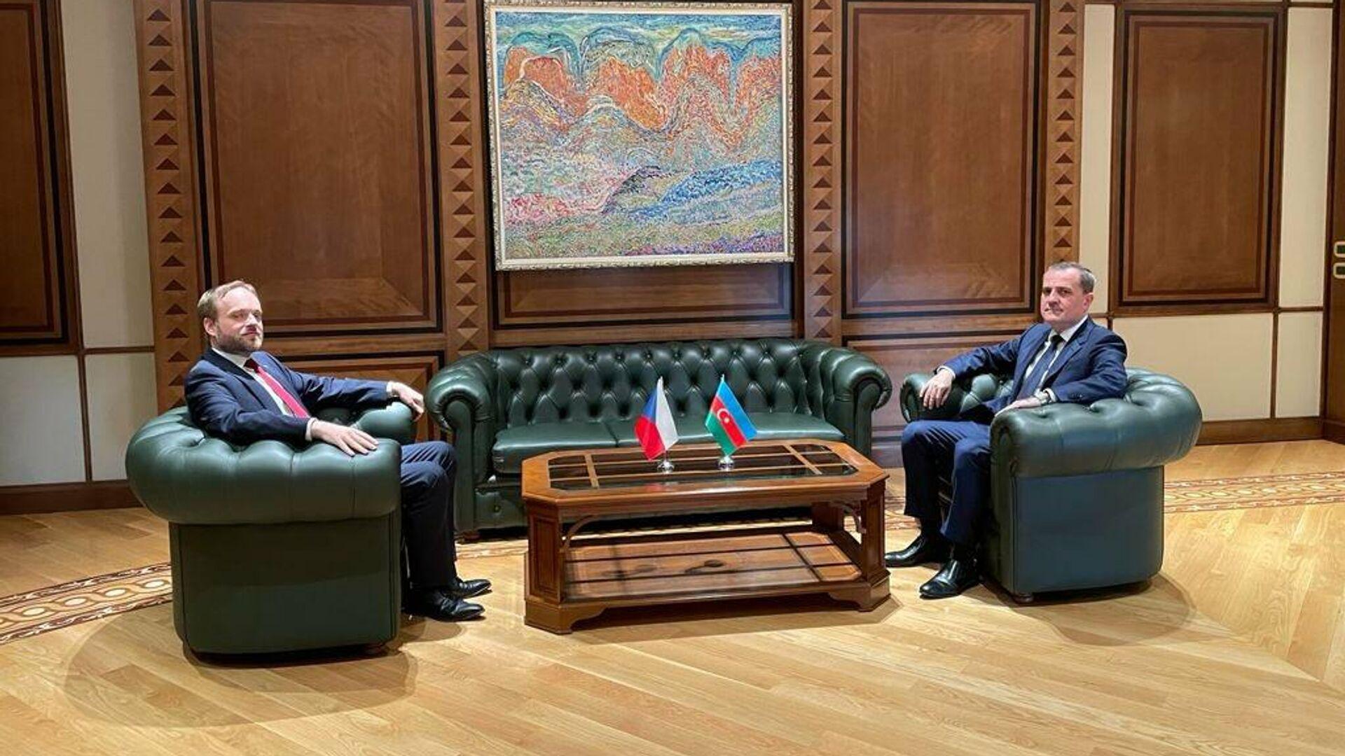 Министр иностранных дел Азербайджана Джейхун Байрамов в четверг, 30 сентября, встретился с чешским коллегой Якубом Кулганеком - Sputnik Азербайджан, 1920, 30.09.2021