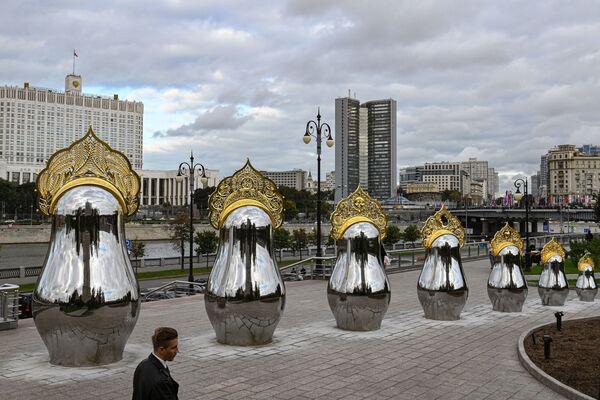 Зеркальные матрешки в золотых кокошниках напротив гостиницы Украина в Москве - Sputnik Азербайджан