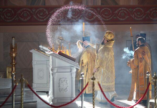 Священники на церемонии открытия храма Александра Невского на площади Павших Борцов в Волгограде - Sputnik Азербайджан
