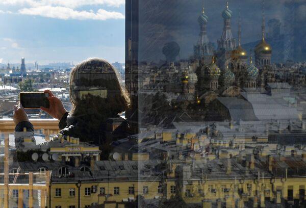 Девушка на смотровой площадке Думской башни в Санкт-Петербурге - Sputnik Азербайджан