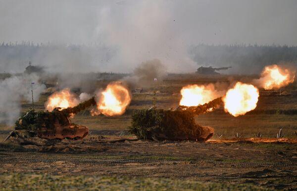 Самоходные артиллерийские установки (САУ) во время основного этапа учений Запад-2021 на полигоне Мулино в Нижегородской области - Sputnik Азербайджан