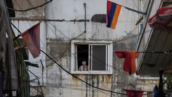 Национальные флаги Армении свисают с балконов квартир - Sputnik Азербайджан