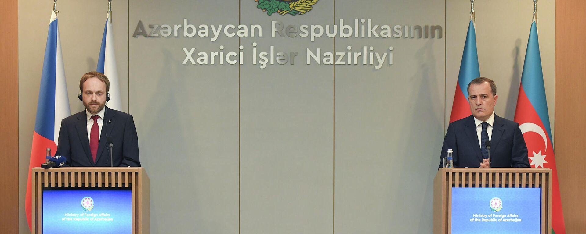 Azərbaycanın Xarici işlər naziri Ceyhun Bayramov çexiyalı həmkarı Yakub Kulhanek ilə  - Sputnik Azərbaycan, 1920, 30.09.2021
