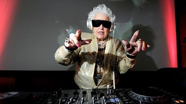 İlk trekini 70 yaşında yazan Rut Flavers Mammi-Rok adı altında dünyaca məşhur DJ-yə çevrilib - Sputnik Azərbaycan