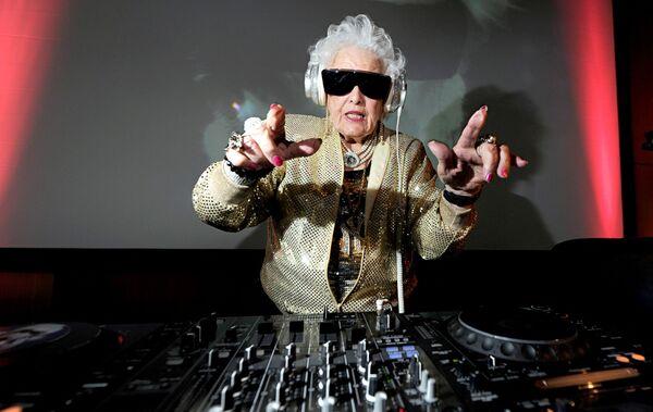 """İlk trekini 70 yaşında yazan Rut Flavers """"Mammi-Rok"""" adı altında dünyaca məşhur DJ-yə çevrilib. - Sputnik Azərbaycan"""