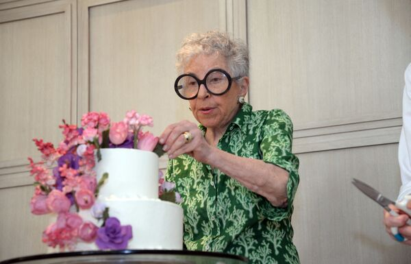 Silviya Ueynstok 52 yaşında işdən çıxaraq tort bişirib satmağa başlayıb. Hazırda bu 82 yaşlı xanım dünya məşhurlarını şirniyyatla təmin edir. - Sputnik Azərbaycan