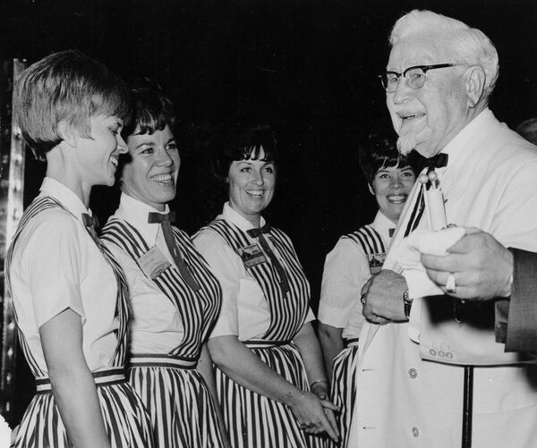 KFC restoranlar şəbəkəsinin qurucusu Harland Sanders özünün ilk kafesini açmaq fikrinə düşəndə artıq 50 yaşını keçmişdi. - Sputnik Azərbaycan