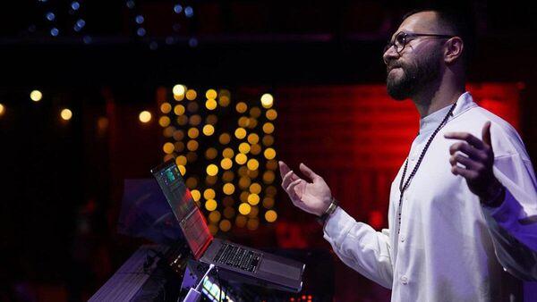 Чингиз Мустафаев во время выступления на концерте в Москве - Sputnik Азербайджан