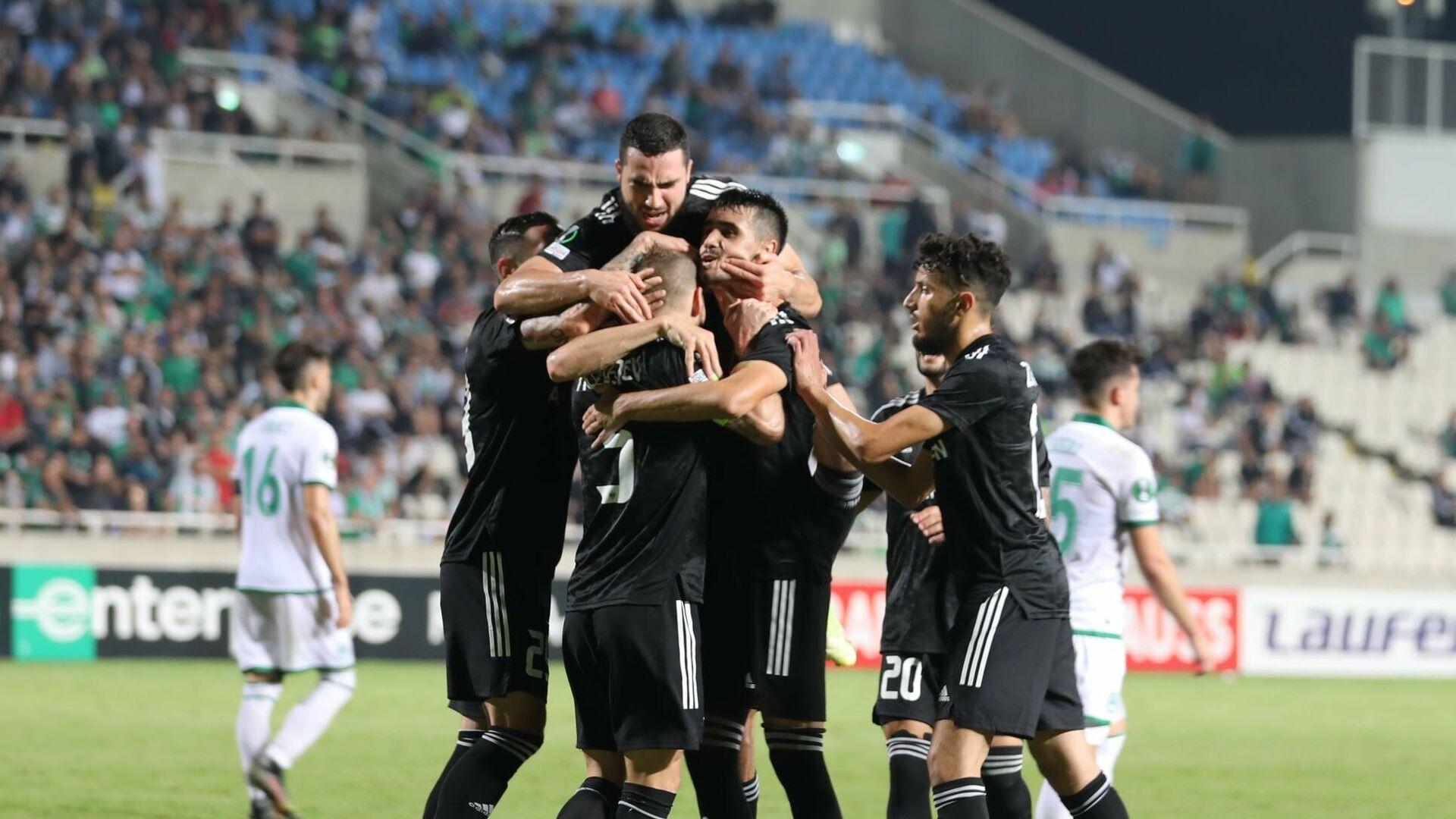 Qarabağ klubunun futbolçuları Omonia komandasının qapısına vurduqları üçüncü qolu qeyd edirlər - Sputnik Azərbaycan, 1920, 01.10.2021