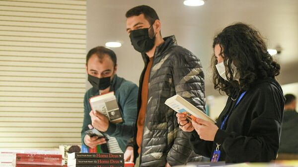 Посетители на книжной ярмарке в Баку, фото из архива - Sputnik Азербайджан