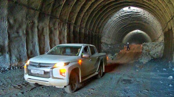 Работы в верхней части тоннеля Т5 на автодороге Ахмедбейли-Физули-Шуша - Sputnik Азербайджан