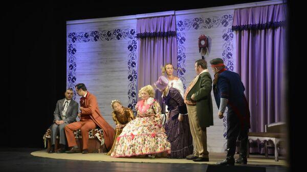Сцена из спектакля по пьесе Николая Гоголя «Женитьба» в постановке Эмина Мирабдуллаева - Sputnik Азербайджан