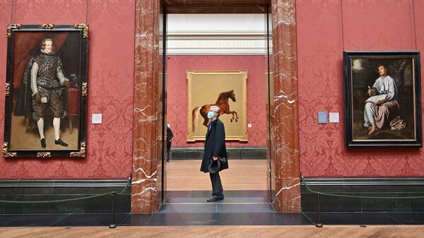 Посетитель смотрит на произведения искусства в Национальной галереи в Лондоне, фото из архива - Sputnik Азербайджан