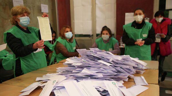 Подсчет голосов на муниципальных выборах в Тбилиси, Грузия. 2 октября 2021 год - Sputnik Азербайджан