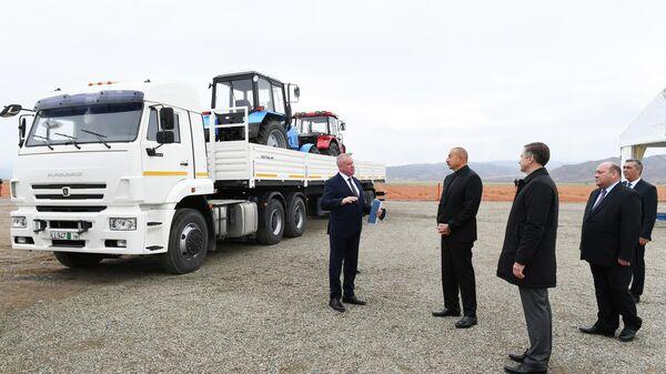 Президент Азербайджана Ильхам Алиев заложил основу совместного сервисного центра ОАО КАМАЗ и Гянджинского автомобильного завода в Джебраильском районе - Sputnik Азербайджан