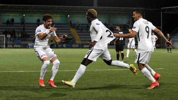 Футболисты Нефтчи празднуют забитый в ворота команды Сабаил гол - Sputnik Азербайджан