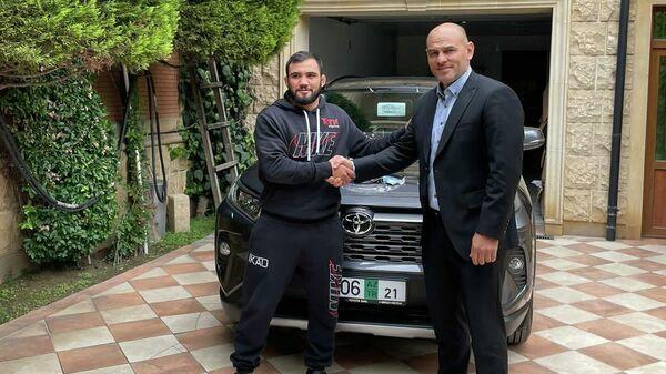 Президент спортивного клуба Габала Фариз Наджафов  с азербайджанским бойцом Нариманом Аббасовым - Sputnik Азербайджан