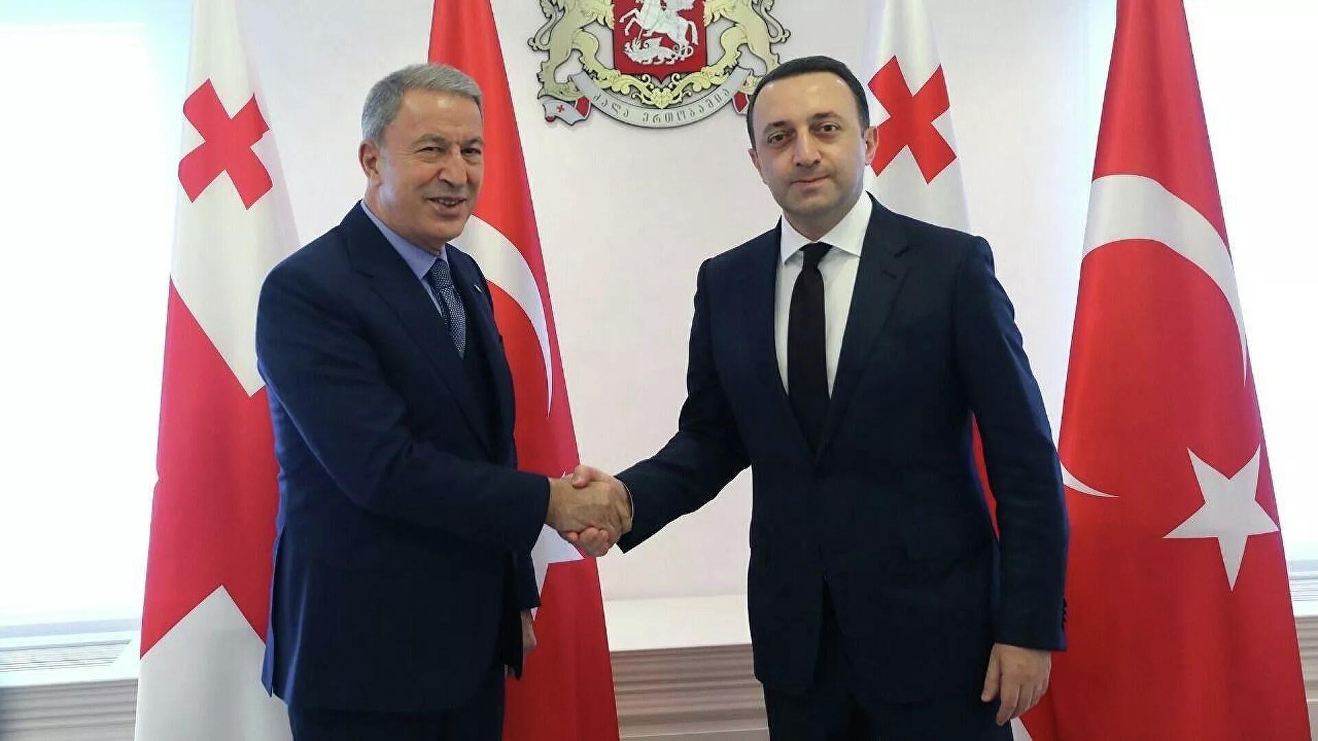 Встреча премьер-министра Грузии Ираклия Гарибашвили и министра обороны Турции Хулуси Акара - Sputnik Азербайджан, 1920, 04.10.2021
