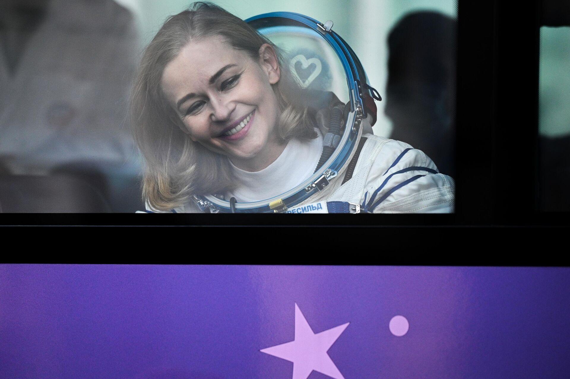 Член основного экипажа 66-й экспедиции на Международную космическую станцию актриса Юлия Пересильд перед стартом космического корабля Союз МС-19 на космодроме Байкону - Sputnik Azərbaycan, 1920, 05.10.2021