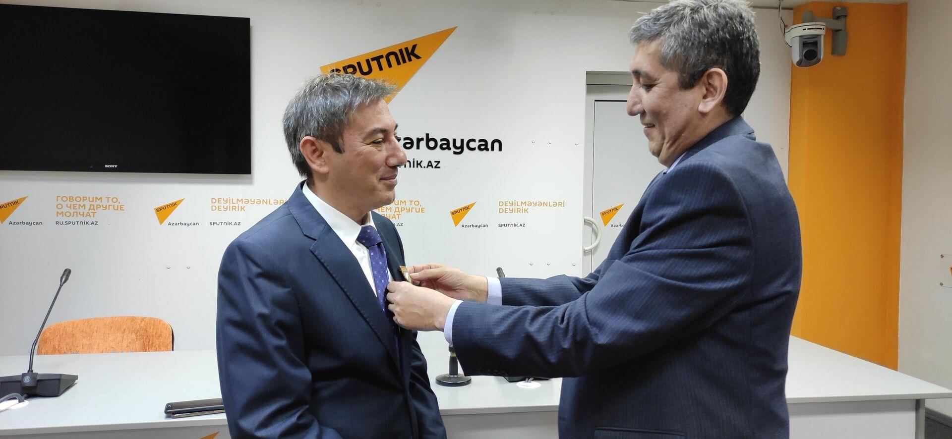 Памятная медаль 30 лет Независимости Узбекистана вручена политологу Ильгару Велизаде - Sputnik Азербайджан, 1920, 05.10.2021