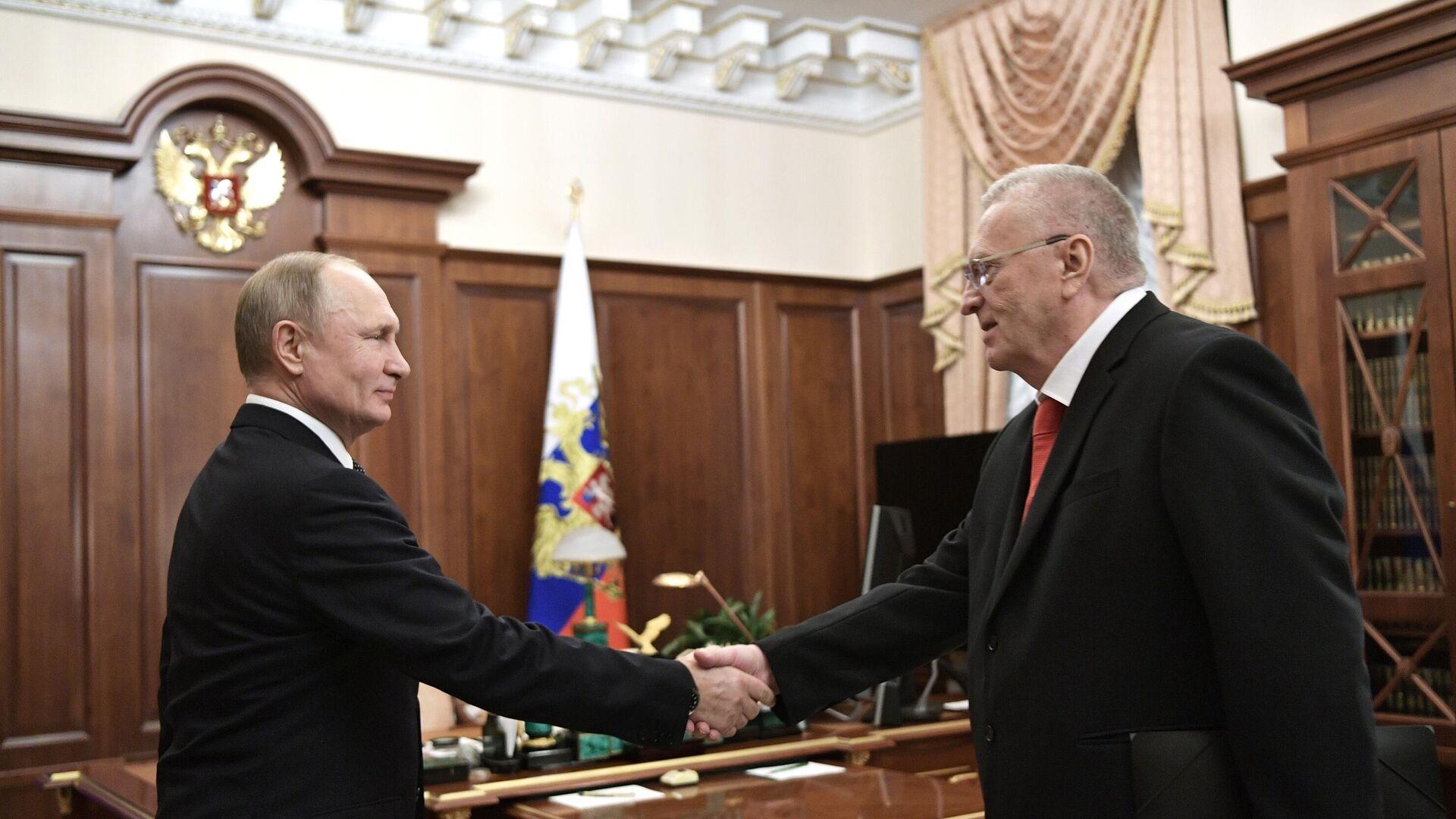 Rusiya prezidenti Vladimir Putin və LDPR lideri Vladimir Jirinovski - Sputnik Azərbaycan, 1920, 05.10.2021