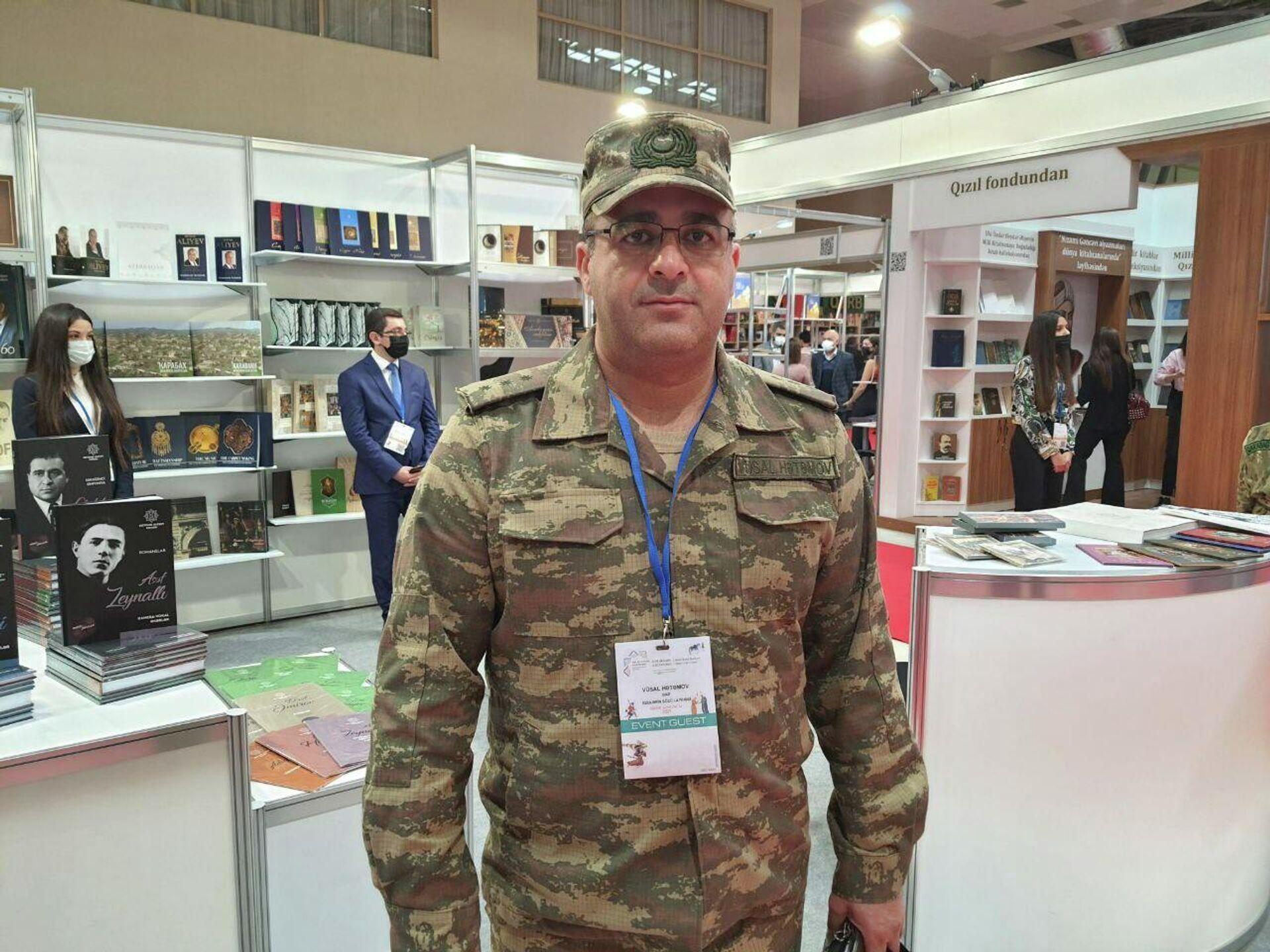 Писатель и одновременно старший лейтенант Вюсал Хатамов - Sputnik Азербайджан, 1920, 06.10.2021