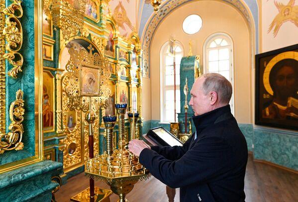31 iyul 2021. RF prezidenti Vladimir Putin Ladoqa gölünün Konevets adasındakı Konev Milad kişi monastırını ziyarət edərkən. - Sputnik Azərbaycan