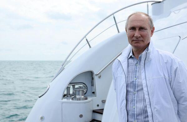 29 may 2021. RF prezidenti Vladimir Putin, Belarus prezidenti Aleksandr Lukaşenko ilə birgə gəmi gəzintisi zamanı - Sputnik Azərbaycan
