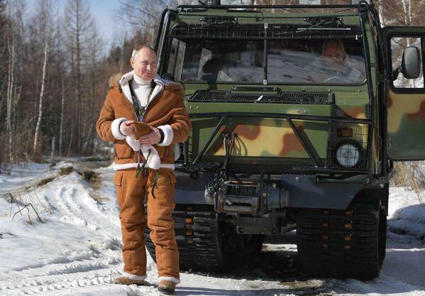 21 mart 2021. RF prezidenti Vladimir Putin tayqada gəzinti zamanı. - Sputnik Azərbaycan