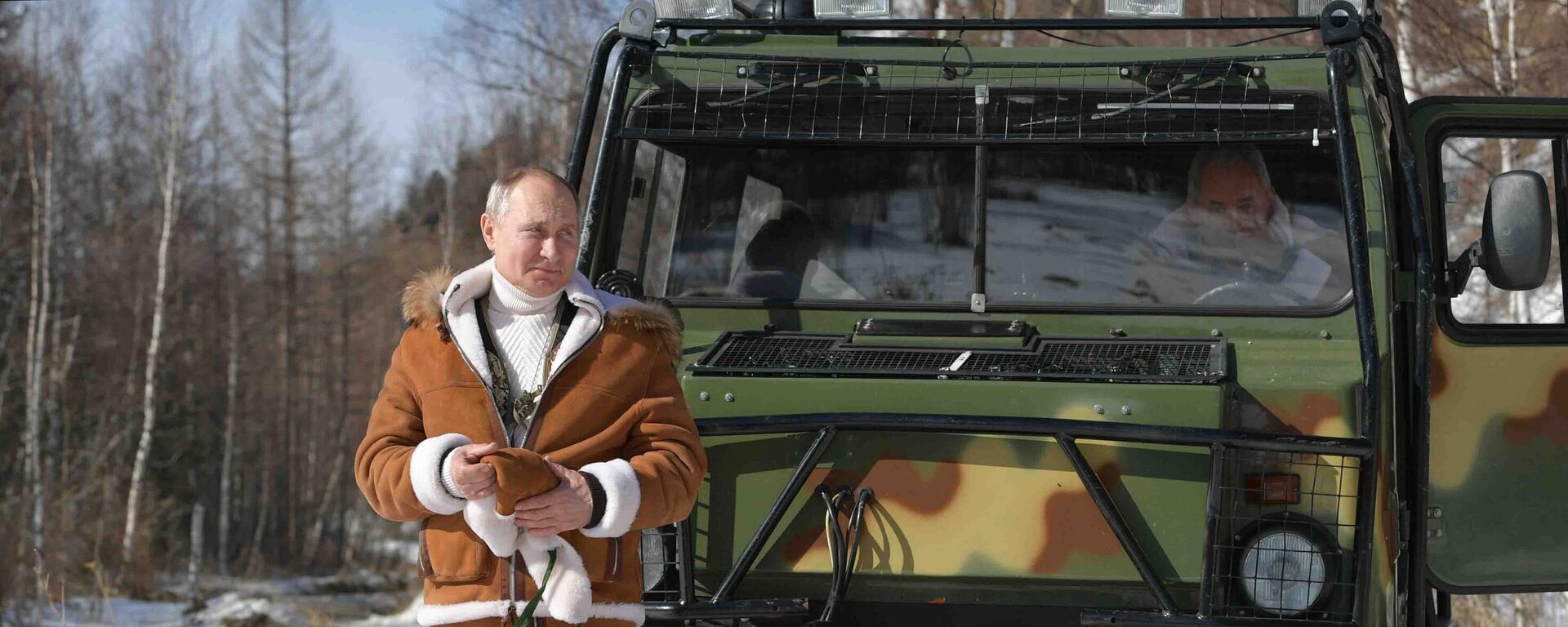 21 марта 2021. Президент РФ Владимир Путин во время прогулки в тайге. - Sputnik Азербайджан, 1920, 07.10.2021