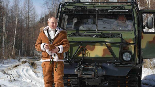 21 марта 2021. Президент РФ Владимир Путин во время прогулки в тайге. - Sputnik Азербайджан