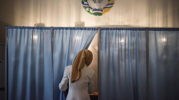 Женщина голосует на избирательном участке в Узбекистане, фото из архива - Sputnik Азербайджан