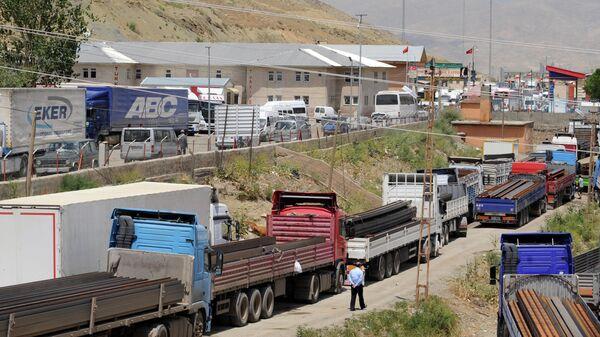 Грузовики ждут, чтобы перейти в Иран на турецкой стороне границы недалеко от контрольно-пропускного пункта Эсендере между Турцией и Ираном - Sputnik Азербайджан