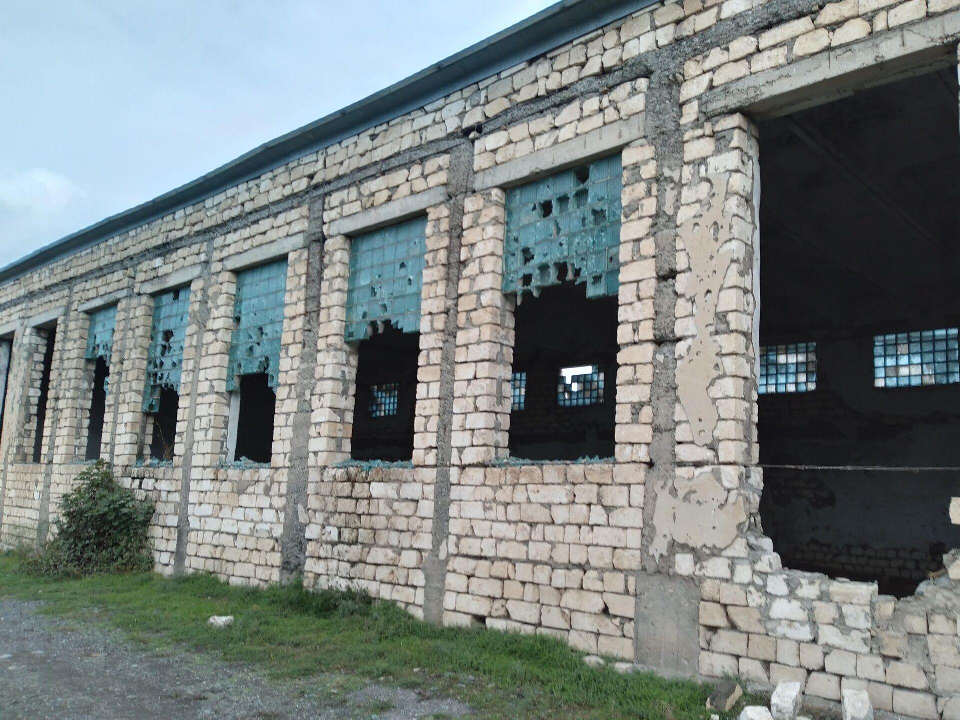 Bərdənin Mehdili kəndində dağılmış məktəbin ərazisində - Sputnik Azərbaycan, 1920, 07.10.2021