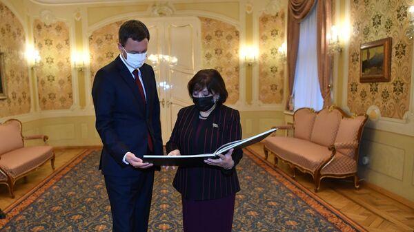 Встреча председателя Милли Меджлиса Азербайджана Сахибаы Гафаровой с премьер-министром Словакии Эдуардом Хегером - Sputnik Азербайджан
