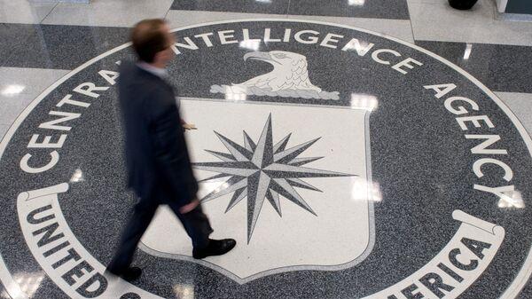 Мужчина в вестибюле штаб-квартиры ЦРУ - Sputnik Азербайджан
