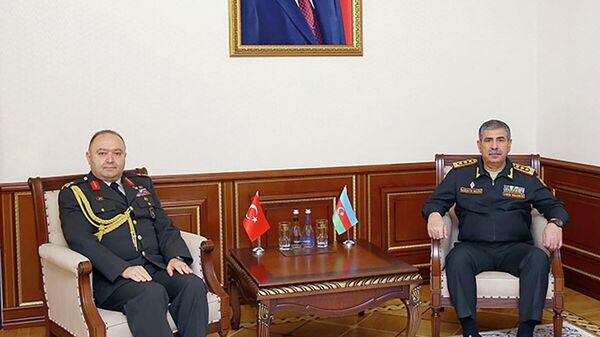 Встреча министра обороны АР Закира Гасанова с новым военным атташе Турции в Азербайджане Закарией Ялчином - Sputnik Азербайджан