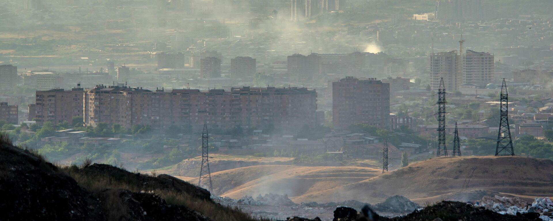 Вид на город с мусорной свалки на окраине Еревана - Sputnik Азербайджан, 1920, 10.10.2021