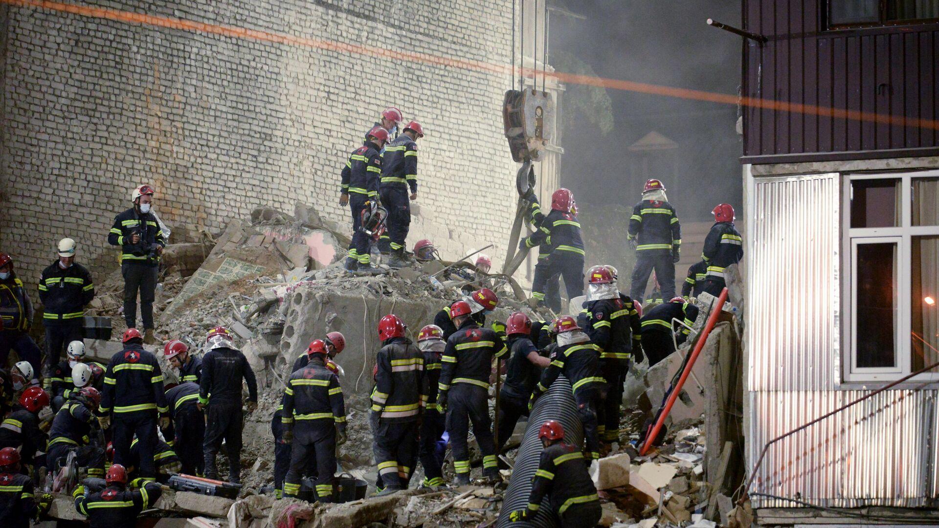 Поисковые работы и разбор завалов на месте обрушения одного из подъездов пятиэтажного дома на улице 26 мая в Батуми - Sputnik Азербайджан, 1920, 09.10.2021