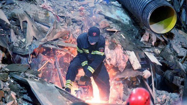 Поисковые работы и разбор завалов на месте обрушения одного из подъездов пятиэтажного дома на улице 26 мая в Батуми - Sputnik Азербайджан