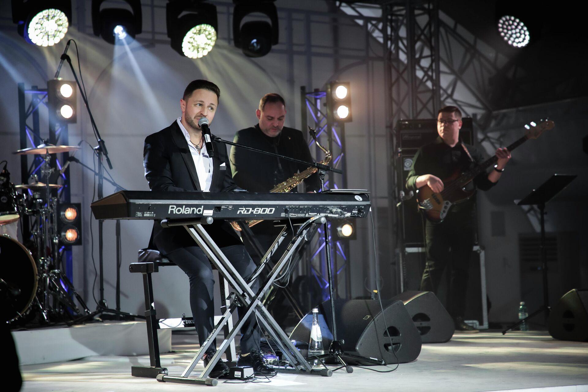 Певец Брендон Стоуна во время выступления на концерте на территории Sea Breeze Event Hall - Sputnik Азербайджан, 1920, 10.10.2021